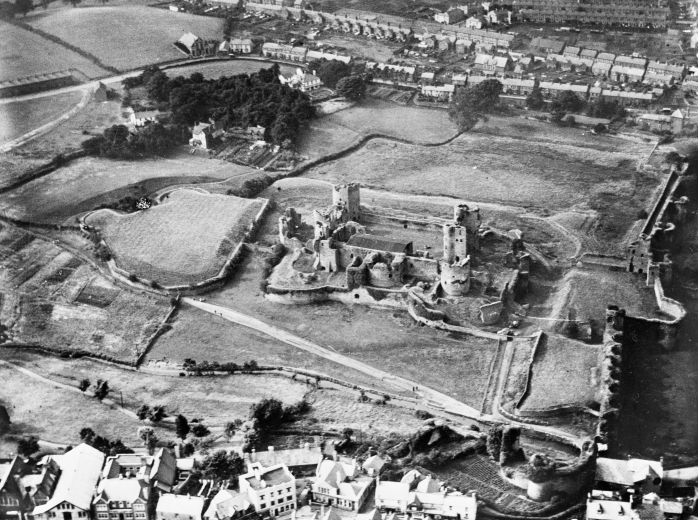 WPW013836_View_of_Caerphilly_showing_castle_Oblique_aerial_photograph_5_x4_BW_glass_plate